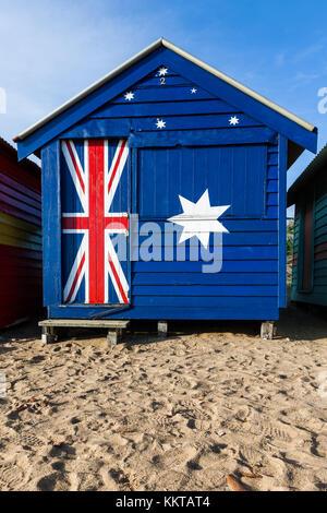 L'emblématique Brighton Beach Hut peint dans les couleurs du drapeau australien. Banque D'Images