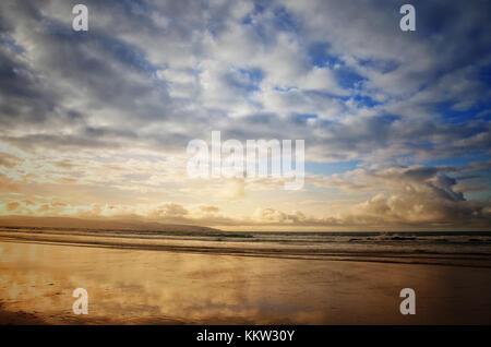Coucher du soleil sur la plage, près de gwithian. St Ives, Cornwall, uk - john gollop Banque D'Images