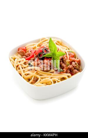 Photo de délicieuses pâtes italiennes avec sauce à la viande sur fond blanc Banque D'Images