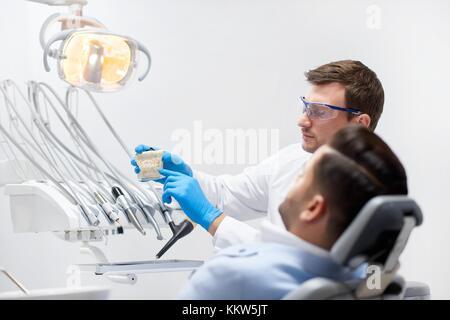 Dans sa clinique dentiste professionnel Banque D'Images