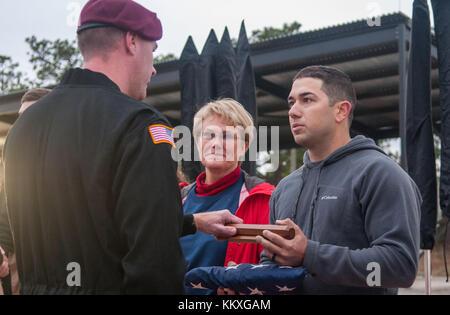 Fort Bragg, NC, USA. 2 décembre, 2017. déc. 2, 2017 - Fort Bragg, n.c., USA - pam oler et son fils, Andrew oler, Banque D'Images