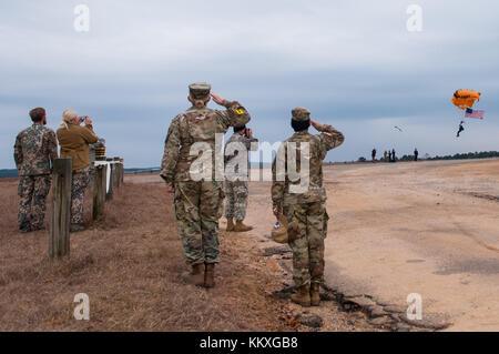 Fort Bragg, NC, USA. 2 décembre, 2017. déc. 2, 2017 - Fort Bragg, n.c., USA - US army parachutistes militaires durant Banque D'Images