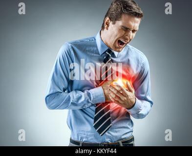 Office manager tenant les mains sur la poitrine douloureuse. medical concept. crise cardiaque. Banque D'Images