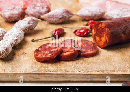 Salami et saucisses chorizo servi sur la vieille planche à découper en bois. voir la série. Banque D'Images