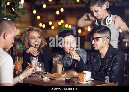 Groupe de personnes de boire du café en café concept Banque D'Images