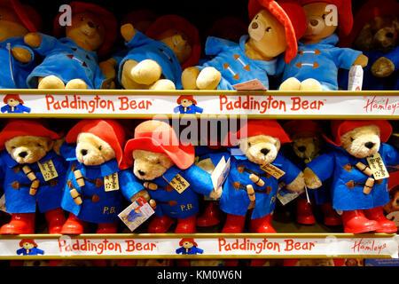 L'ours Paddington jouets sur les étagères dans Hamleys Toy Shop, Regent Street, Londres Banque D'Images