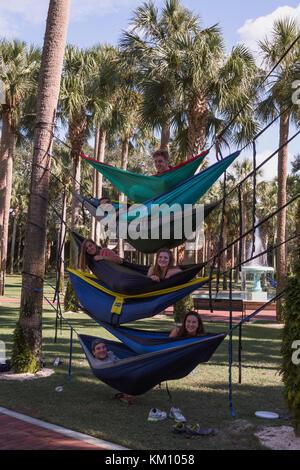 Les étudiants de l'Université Stetson Deland, en Floride, en faisant une pause entre les cours. Banque D'Images
