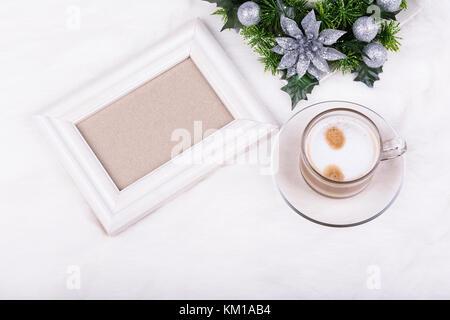 Décoration de Noël, cadre photo vide et latte sur fond blanc. cadre blanc mock-up.