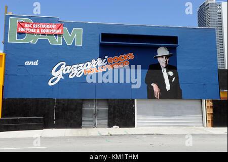 Miami Beach, FL - le 18 juin: première pixs de Rock of Ages défini fixant Tom cruise. Le studio a pris en charge Banque D'Images
