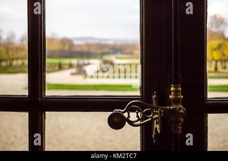 Vue rapprochée d'un dispositif de verrouillage de type espagnolette sur une fenêtre à battant en bois dans un château Banque D'Images