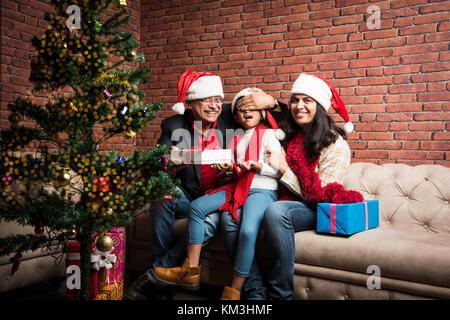 Famille, Vacances, génération, Noël et le peuple indien souriant concept - grands-parents et sa petite-fille avec Banque D'Images