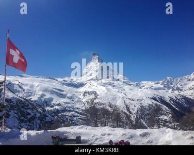 Vue panoramique du Cervin avec drapeau national suisse Banque D'Images