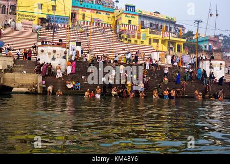 Baigneurs dans le fleuve saint Ganges, religieux hindous baignade à kedar ghat, Bénarès, Inde Banque D'Images