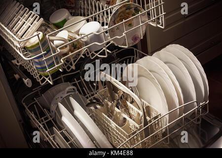 Nettoyer la vaisselle et les accessoires au lave-vaisselle après le lavage. Banque D'Images