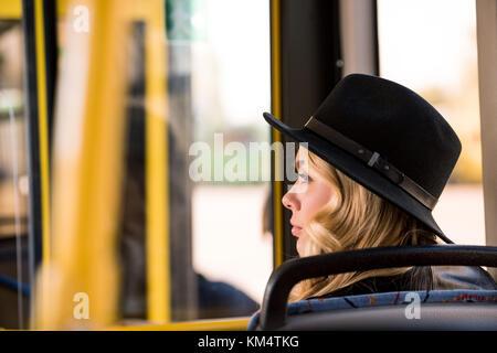 Fille élégante in bus Banque D'Images