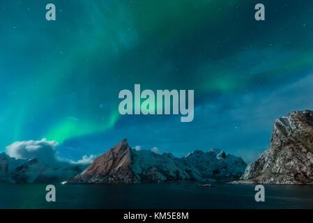 Northern Lights (aurores) en vertu de hamnoy, îles Lofoten, Norvège