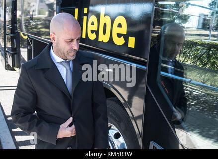 Madrid, Espagne. 5 déc, 2017. Borussia Dortmund entraîneur en chef Peter Bosz monte dans le bus de l'équipe à l'aéroport de Madrid, Espagne, 5 décembre 2017. Borussia Dortmund va jouer le real madrid dans la dernière phase de groupes de la Ligue des champions match le 6 décembre. crédit: Bernd thissen/dpa/Alamy live news