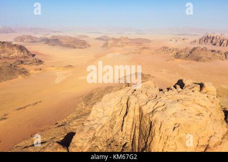 En survolant le wadi Rum, Jordanie Banque D'Images