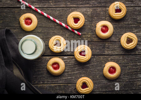 Sweet jelly des biscuits et du lait sur la vieille table en bois. Banque D'Images