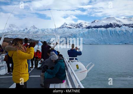 Les touristes en bateau et le glacier Perito Moreno, Parque Nacional Los Glaciares (zone du patrimoine mondial), Banque D'Images