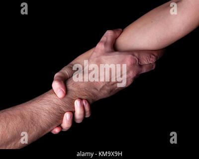 Sauvetage et à sauver la femme d'aider l'homme par l'exploitation ou rouspéter l'avant-bras et main de femme tirant bras homme concept de soutien d'amitié amour sauvetage