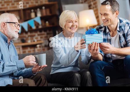 Fils aimant donner un cadeau d'anniversaire à sa mère âgée Banque D'Images