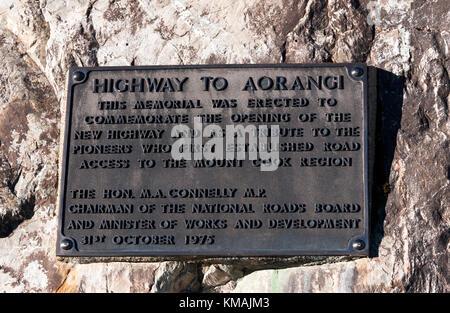 Close-up of a metal plaque commémorant l'ouverture du nouvel état l'autoroute 80 au Mont Cook et les pionniers qui Banque D'Images