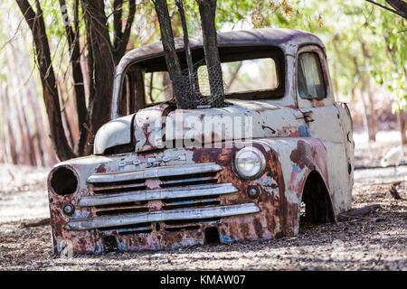 Vieille voiture en padock Banque D'Images