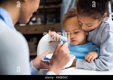 Nourrir bébé famille Banque D'Images