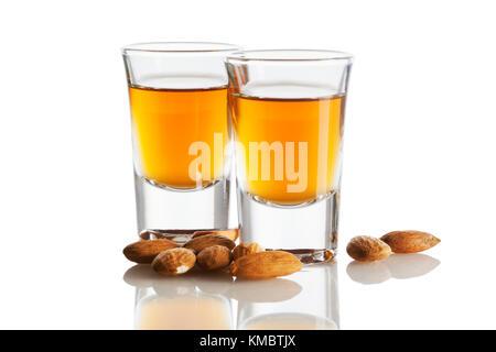 Liqueur d'amaretto italien et amandes isolated on white