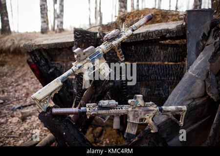 Les fusils, peint en couleur sable sur le fond de l'holocauste. Journaux d'airsoft. Banque D'Images