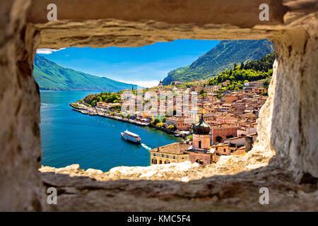 Limone sul Garda vue à travers la fenêtre en pierre de Hill, lac de garde en Lombardie, région de l'italie Banque D'Images