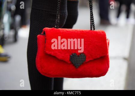 ... Milan Fashion week street style sur septembre  Milan - 23 septembre   femme  avec fourrure rouge sac avec coeur avant d Ermanno bf6c533b7c8