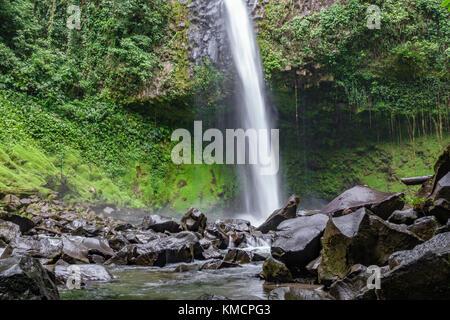 La cascade de la fortuna vue inférieure au Costa Rica Banque D'Images
