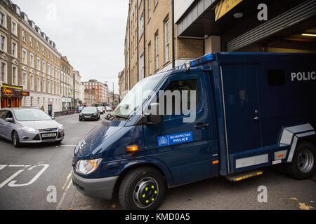Londres, Royaume-Uni. 6e Dec 2017. Un fourgon de police contenant des Naa'imur Zakariyah Rahman, 20 ans, et Mohammed Banque D'Images