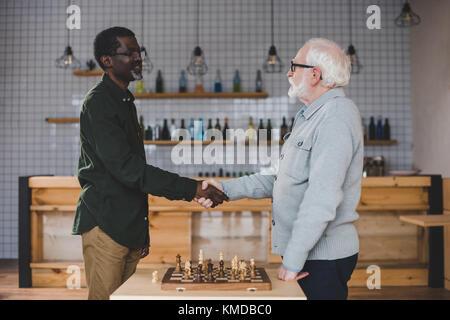 Les hommes jouant aux échecs