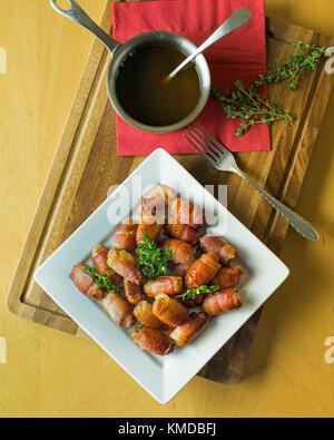 Les porcs dans des couvertures.Saucisses et bacon rouleaux. UK Food Banque D'Images