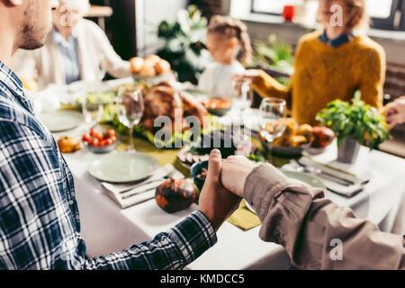 Family et priant sur l'action de grâces Banque D'Images