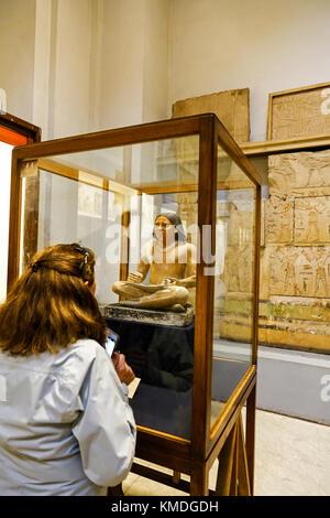 À la recherche d'une femme à une statue ou une statuette de scribe au Musée égyptien, Le Caire, Egypte, Afrique Banque D'Images