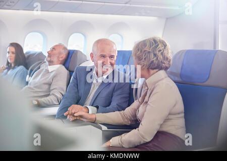 Maturité affective couple holding hands on airplane Banque D'Images