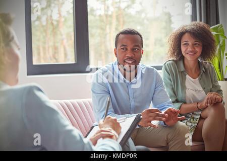 Couple listening to female therapist en couples conseillant la session de thérapie Banque D'Images