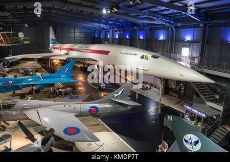 Un aeiral général vue à l'intérieur du hangar de l'aéronautique musée IWM à Duxford Cambridgeshire England UK montrant Banque D'Images