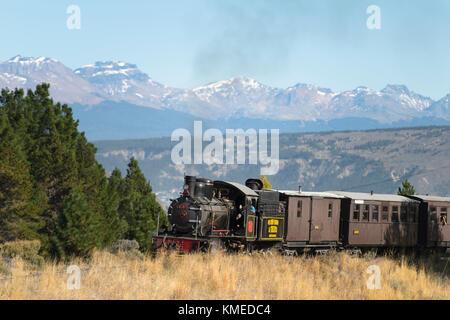 Traversée de la patagonie express locomotive ancienne chemin de fer de montagne avec en arrière-plan,esquel chubut,Argentine, Banque D'Images