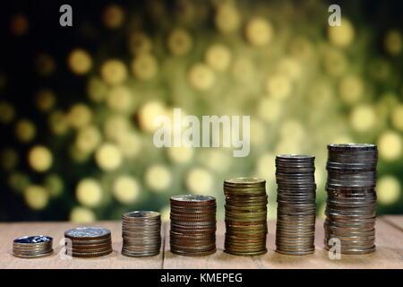 Coin pile dans l'augmentation de motif graphique graphique. La croissance de l'entreprise concept. l'orange-jaune Banque D'Images