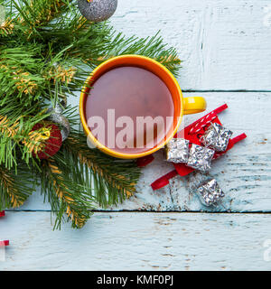 Maison de fond avec tasse de cacao, arbre de Noël et des jouets en bois blanc sur un bureau. Banque D'Images