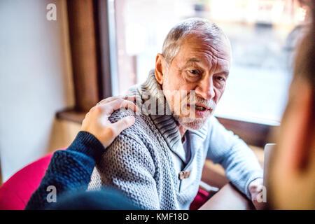 Les père et son jeune fils dans un café. Banque D'Images