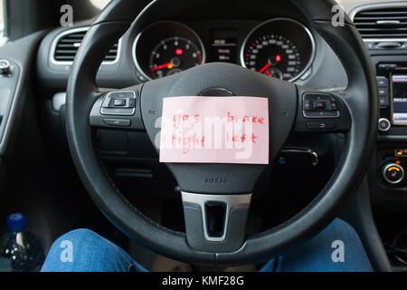 Feuilles de papier avec un rappel où le gaz, et où le freinage du véhicule. Banque D'Images