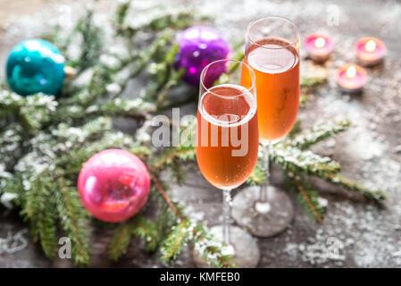 Deux verres de champagne avec la direction générale de l'arbre de Noël Banque D'Images