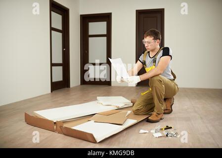 Carpenter contrôle assemblage manuel papier. Assemblée générale instructions forniture Banque D'Images