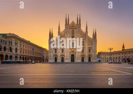 Duomo , Milan cathédrale gothique au lever du soleil,l'Europe.photo horizontale avec copie-espace. Banque D'Images